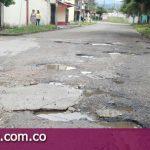 La única vía de acceso al barrio los Rosales es una completa trocha