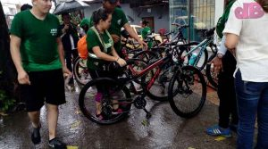 Ciclistas de Cormacarena estacionando las bicicletas