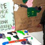 Infantes entregan juguetes bélicos a cambio de cuadernos