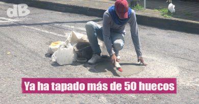 Este joven se gana el diario tapando huecos en las vías de Villavicencio