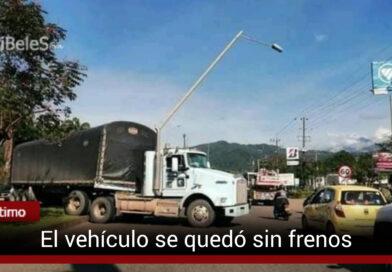 Vehículo de carga pesada colisionó contra un poste